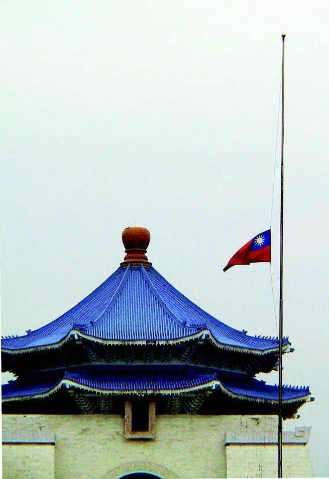 美國911事件死傷慘重,我國全國也下半旗,向罹難者致哀。 圖/聯合報系資料照片