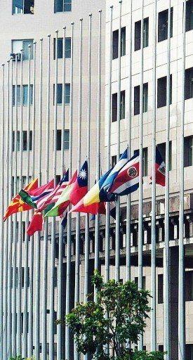 921大地震,各邦交國駐華使節在台北市天母使館區舉行下半旗儀式。 圖/聯合報系資...