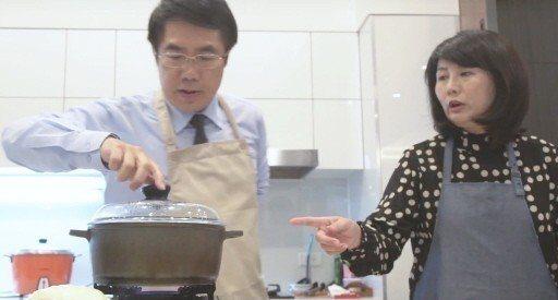 台南市長參選人黃偉哲(左)與妻子劉育菁攜手拍廣告,希望一起與台南市民追求幸福。 ...