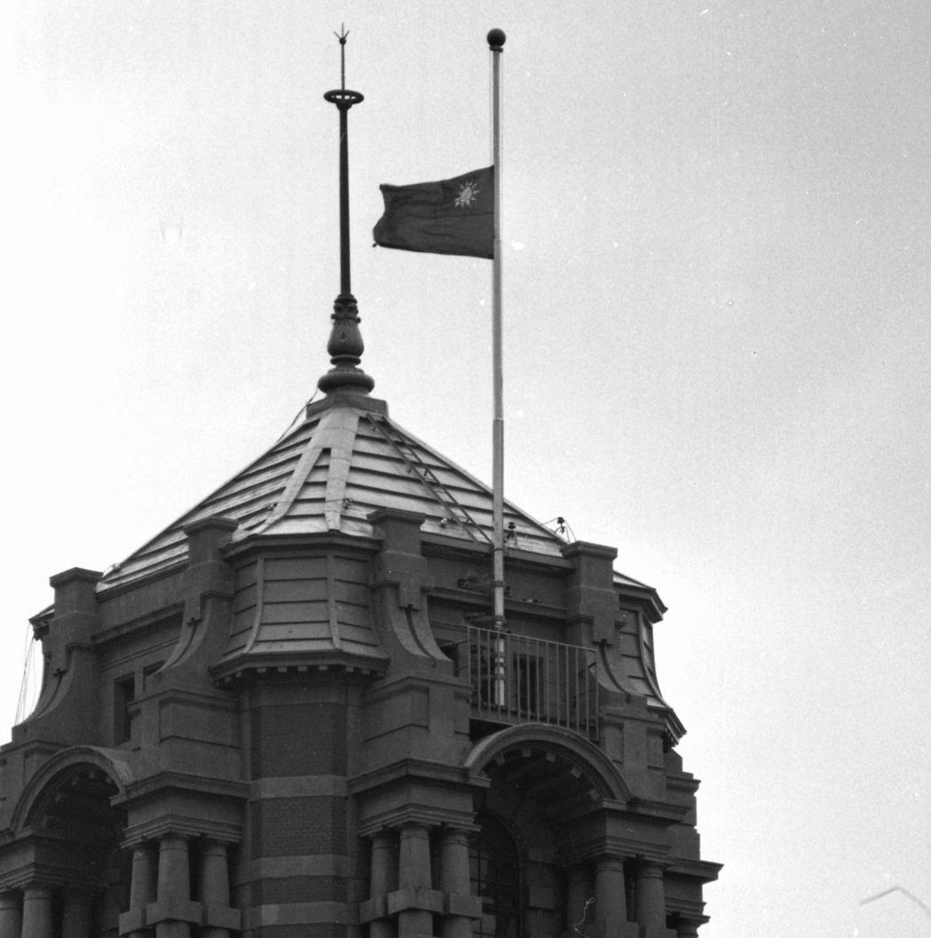 1975年3月26日,總統府下半旗,哀悼沙烏地阿拉伯已故國王卡里。圖/聯合報系資...