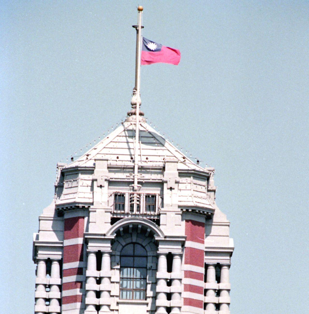 1989年6月14日,總統府哀悼中國天安門罹難者,降半旗致哀。圖/聯合報系資料照...