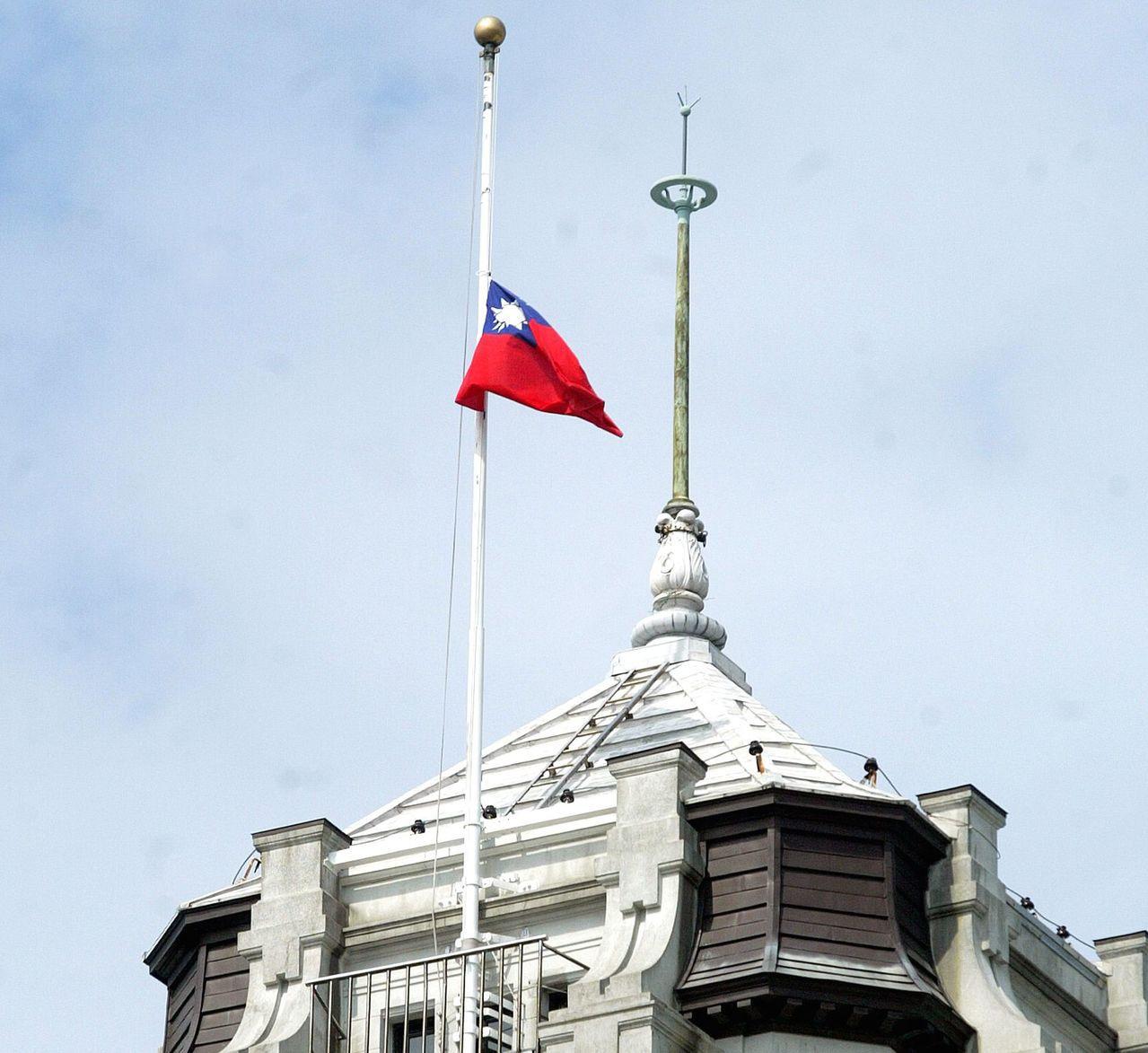 2009年8月22日,因莫拉克風災重創南台灣,總統府哀悼因風災而罹難的往生者。圖...