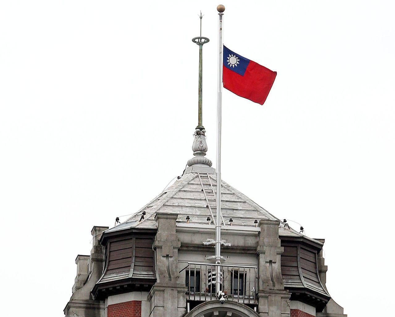 2016年2月15日總統府降半旗,悼念在南台灣強震116名罹難者。圖/聯合報系資...