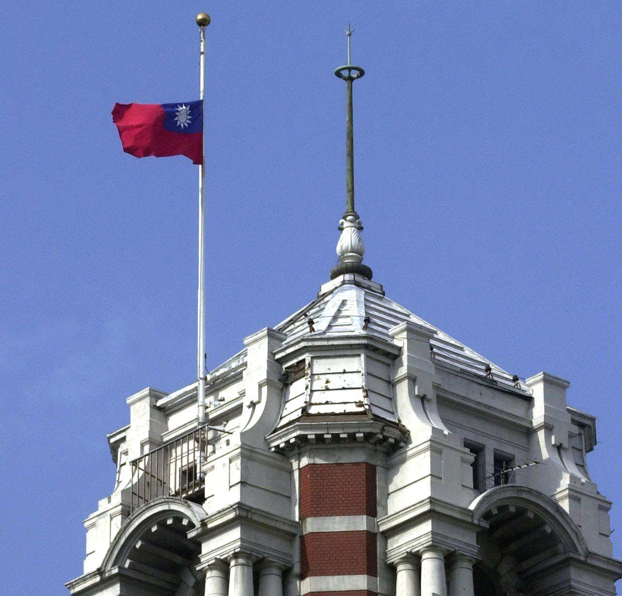 2001年9日15日,總統府降半旗為美國9月11日遭受恐怖攻擊而罹難者致哀。圖/...
