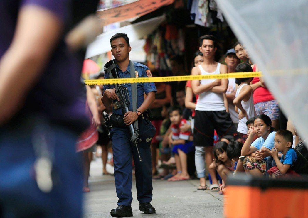 菲律賓的掃蕩手段有可能已構成「不人道行為存在於大規模對平民群眾進行的攻擊」。 圖...