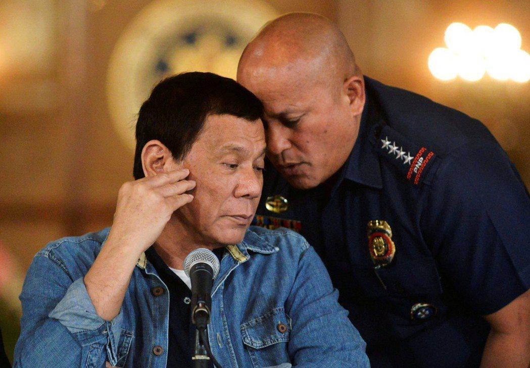 菲律賓從2016年6月30日總統杜特蒂(左)上任後,就開始發動「反毒戰爭」。右為...