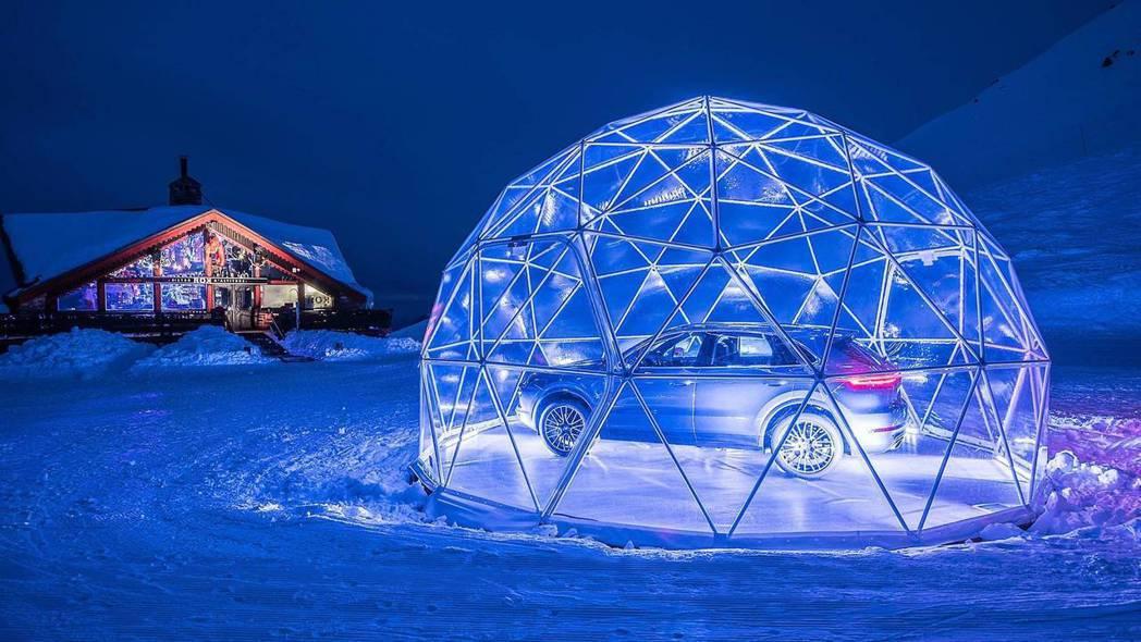 經燈飾點綴的水晶圓頂在雪地夜景中相當夢幻。 摘自 Porsche