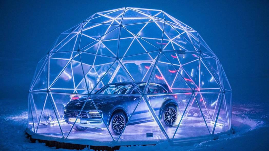 水晶圓頂內停放一台2019年式Porsche Cayenne,並可提供雪地試駕體...