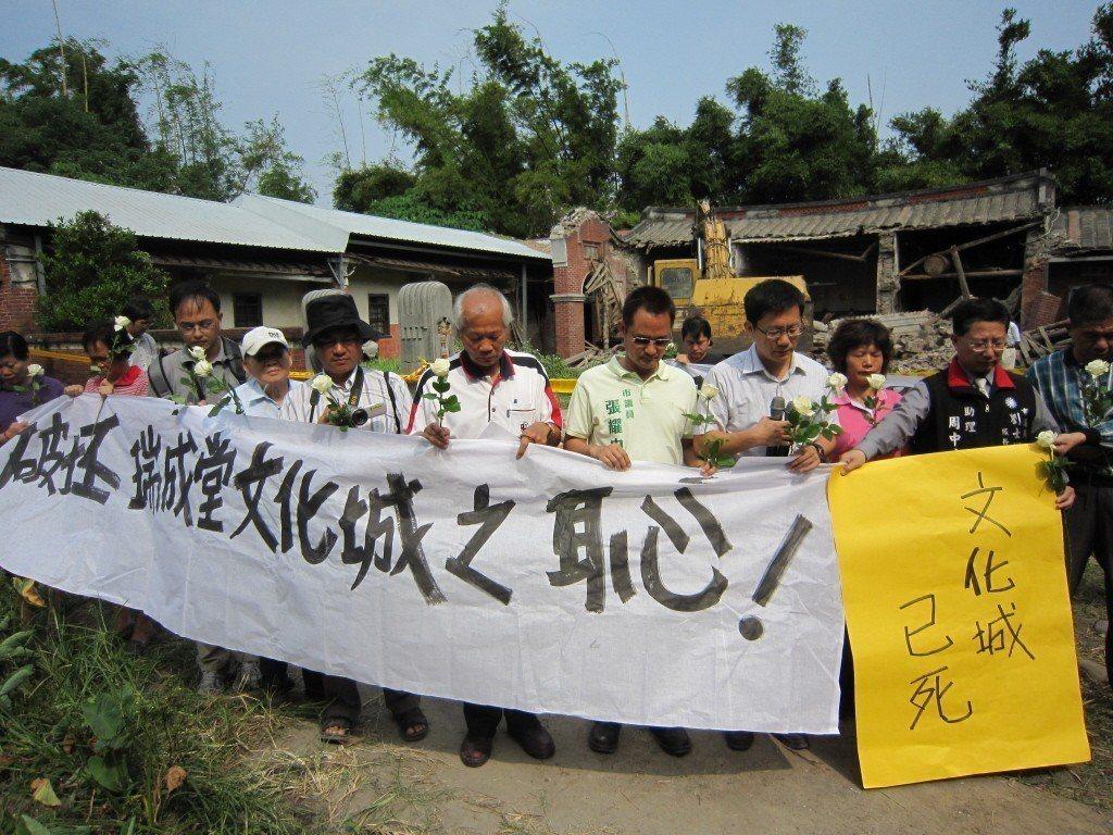 圖為2011年瑞成堂遭偷拆時,文史工作者與市議員集結抗議畫面。 圖/聯合報系資料照