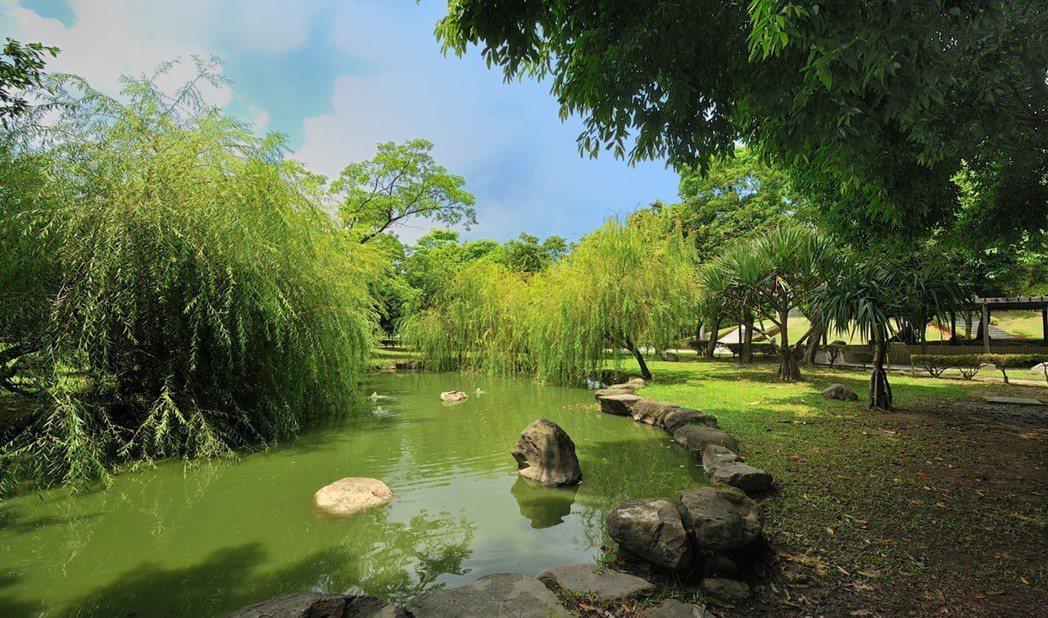 步行即到短距/和平公園、竹圍國小、後紅國小、岡山國中匯聚,大口呼吸書香綠意與繁華...