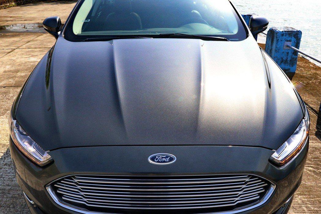 車頭造型與Sedan車款都有都兼具優雅及張力。 記者陳威任/攝影