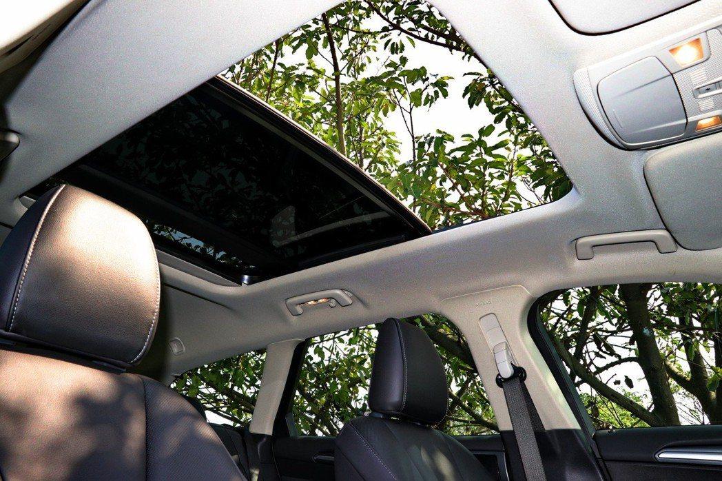 全景式的天窗更有旅行車的味道。 記者陳威任/攝影