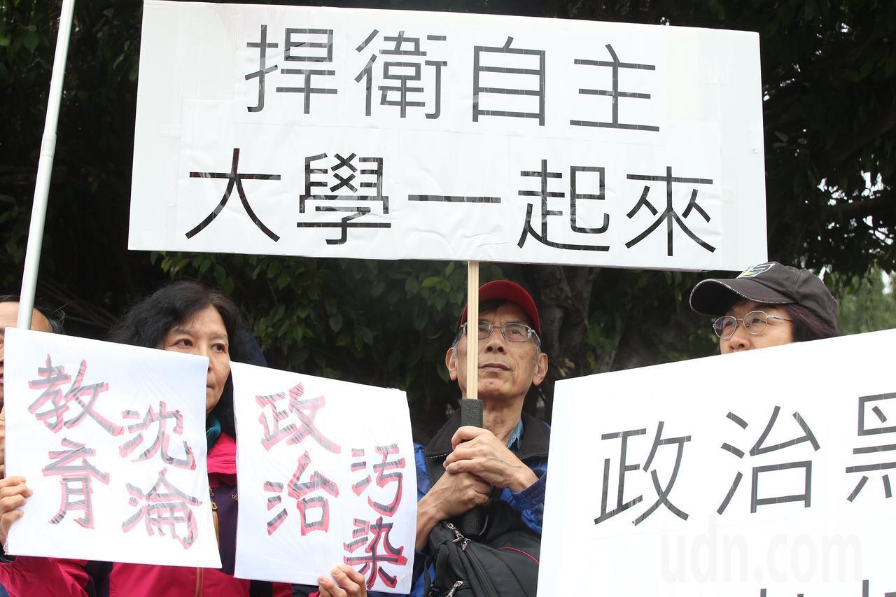 台灣大學自主行動聯盟發起「台大要新校長,221向小英總統及教育部長拜年」行動,向...
