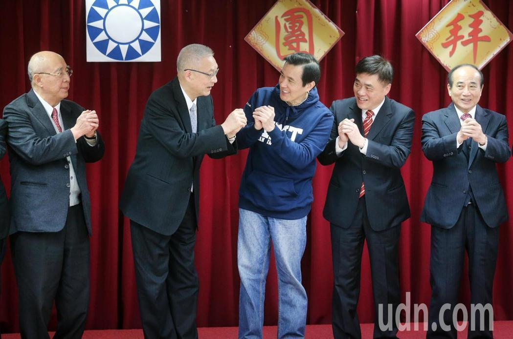 國民黨中央黨部上午舉行新春團拜,包括黨主席吳敦義(左二)、前主席馬英九(中)、吳...