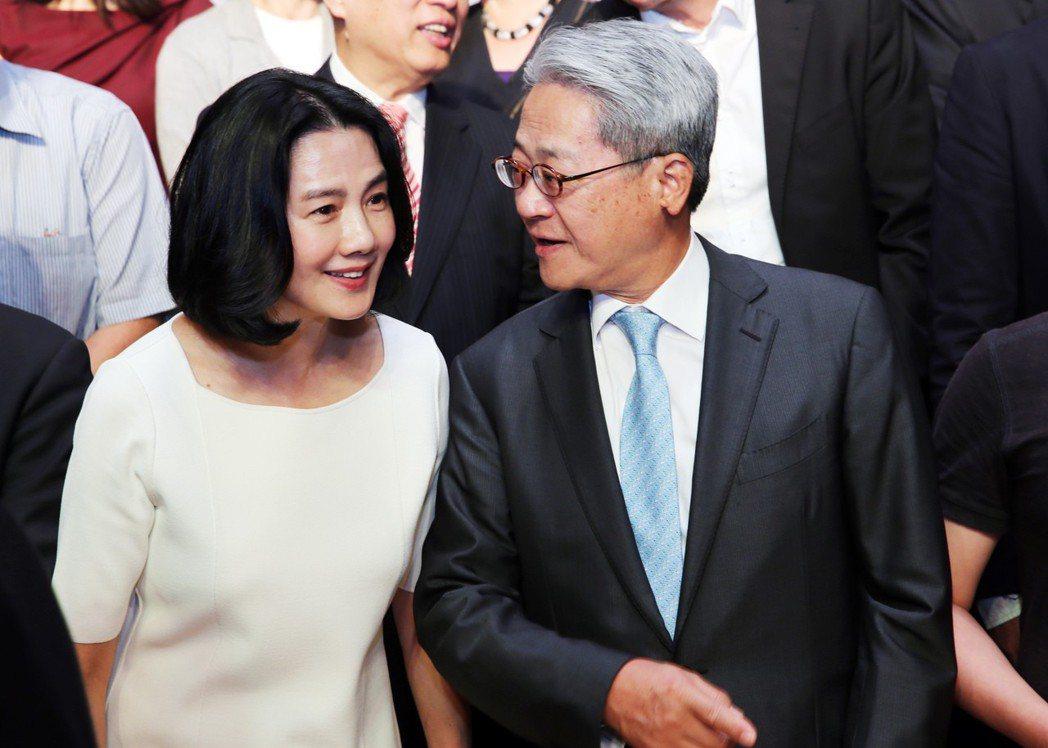 台新金控董事長吳東亮(右)與太太彭雪芬(左) 報系資料照