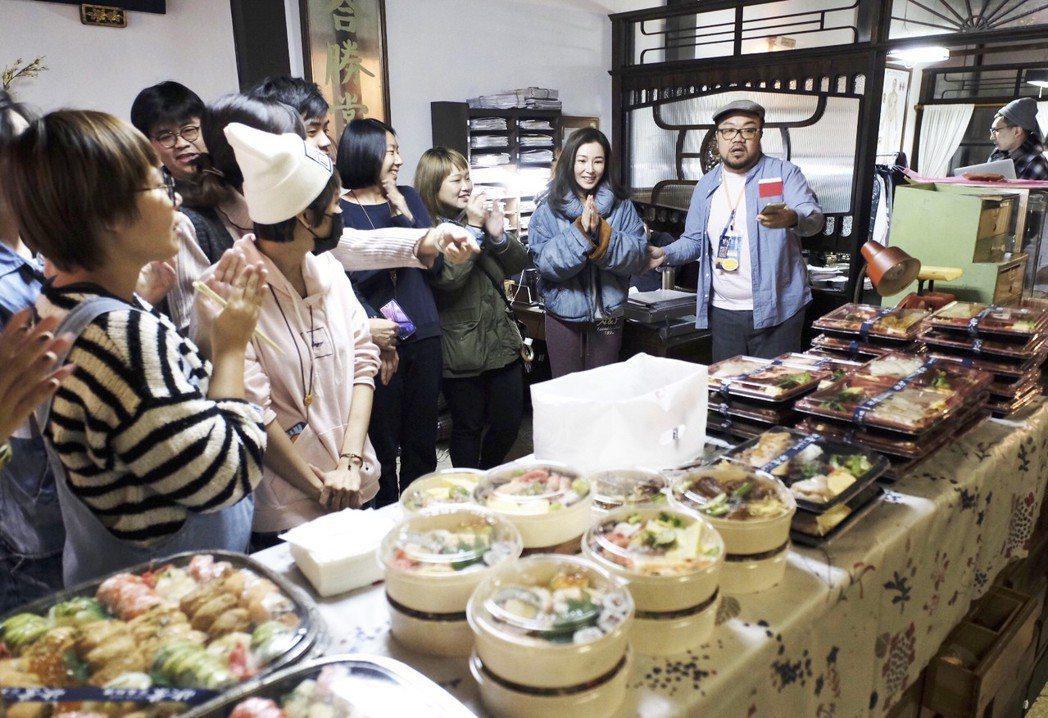 陳怡蓉請「雙城故事」劇組工作人員吃開工飯。圖/青睞提供