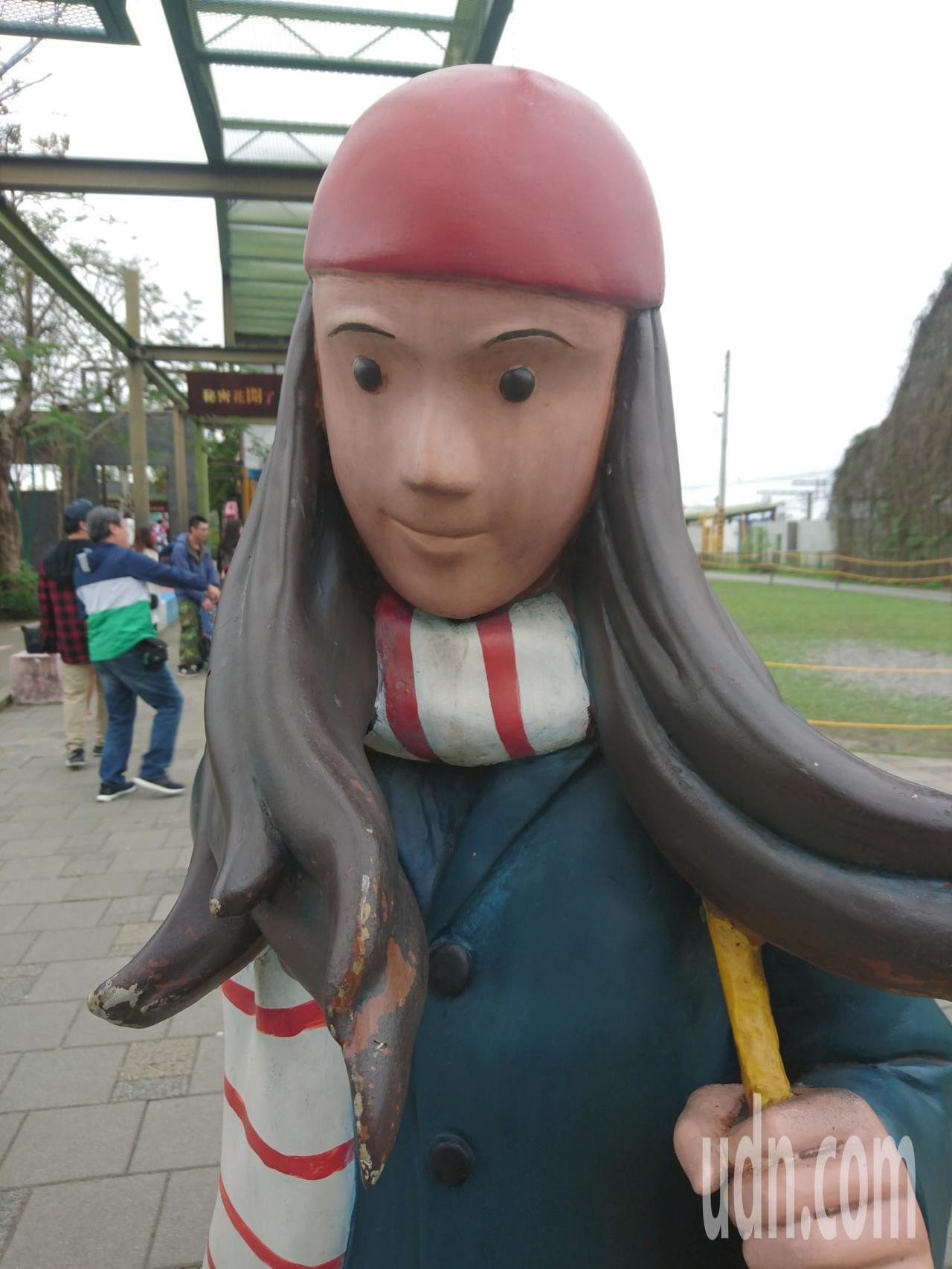 宜蘭市幾米廣場人偶、與行李箱等裝置藝術品不是褪色就是掉漆,甚至留下黑色的雨痕,顯...