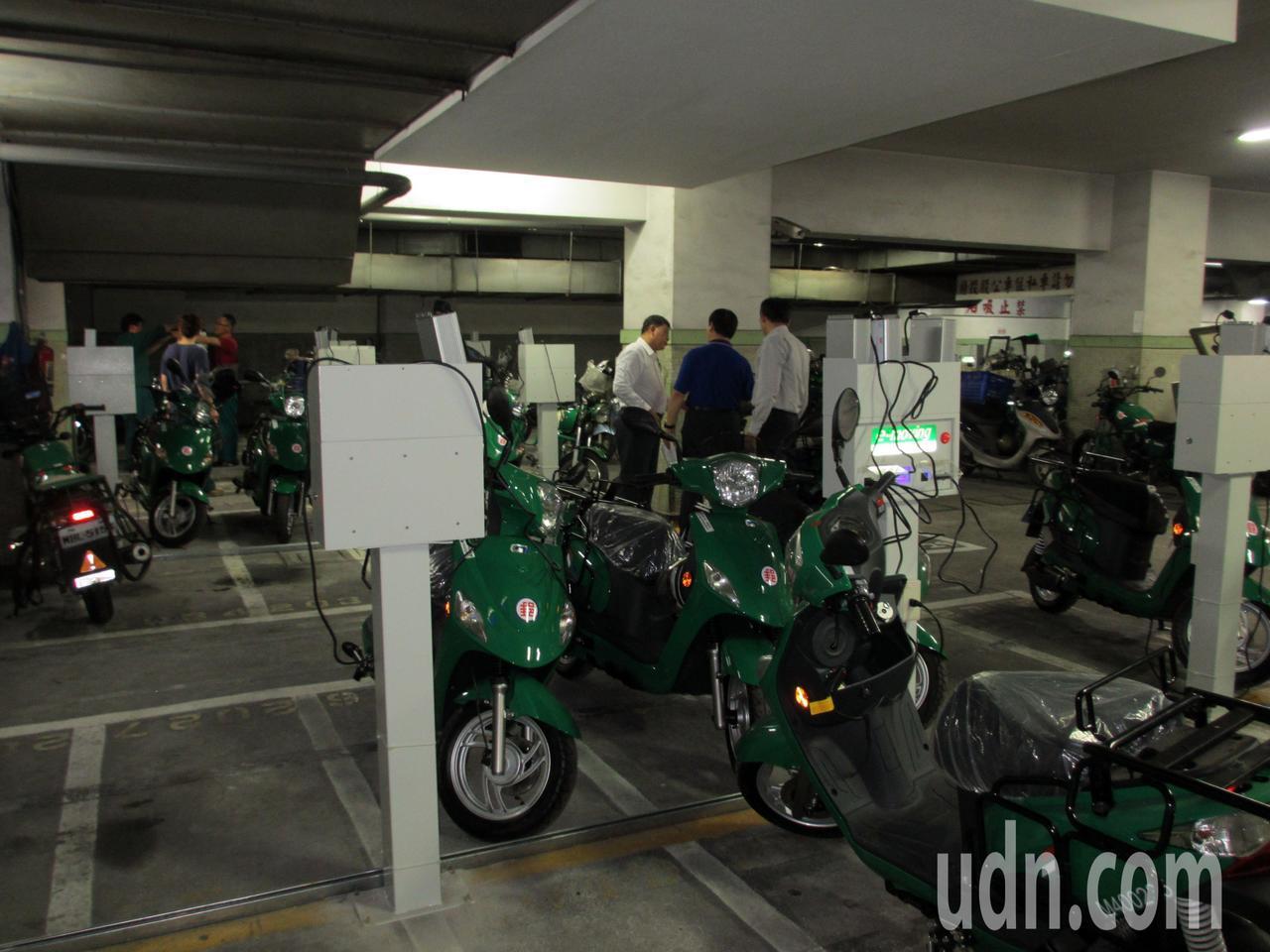 高雄郵局地下室建置為電動郵務機車充電站。記者王昭月/攝影