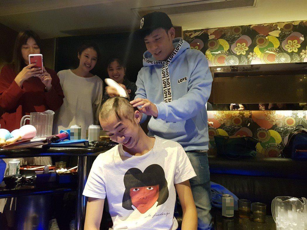 吳政迪(中)接受剃頭儀式。圖/經紀人提供