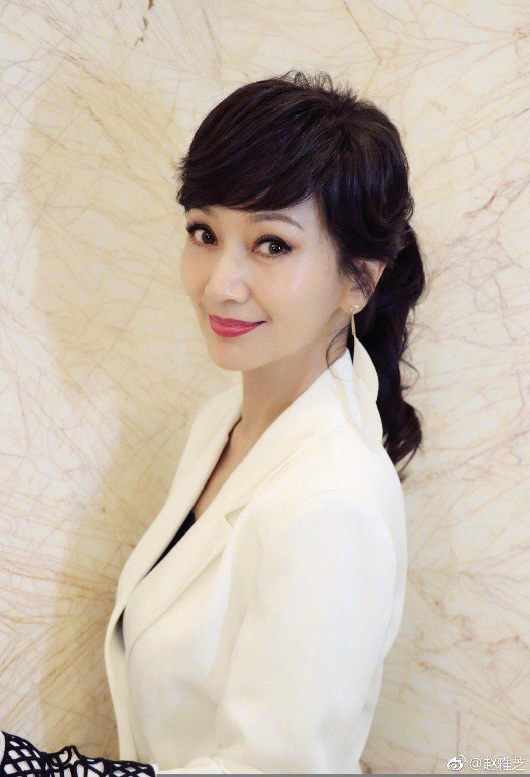 趙雅芝另以白衣典雅的造型迎新春。圖/摘自微博