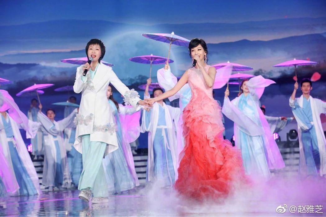 趙雅芝與葉童在湖南衛視春晚再重逢,合唱「千年等一回」。圖/摘自微博