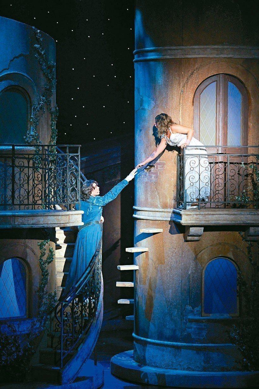 對茱麗葉一見鍾情的羅密歐,闖入卡布雷特伯爵家,在陽台前互表愛意。 圖/主辦單位聯...