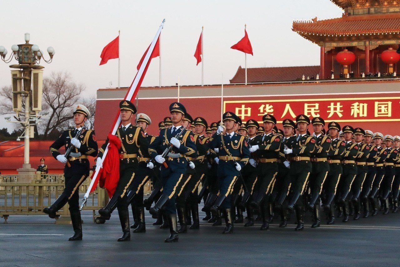 中國5日公布今年國防預算增長8.1%,連續3年保持個位數增長。中方強調奉行防禦性...