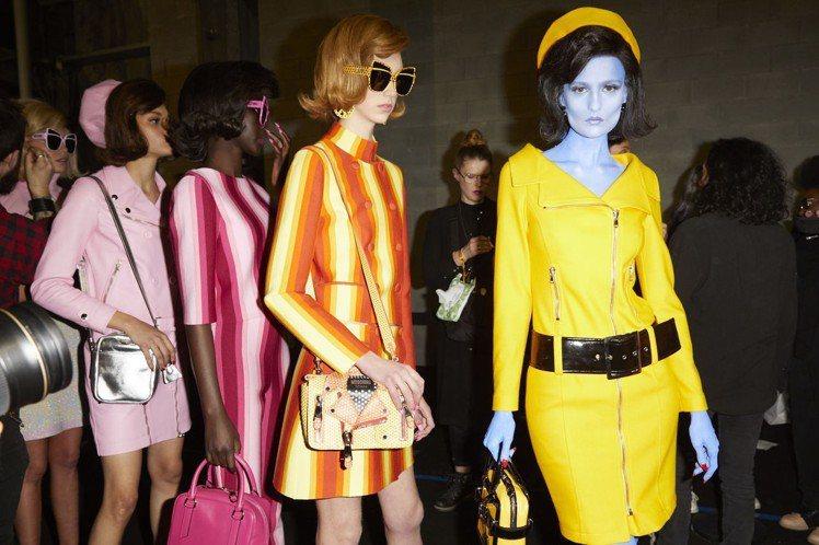 被抹成橘色、黃色和藍色的模特兒,則代表著隱藏在現實生活中的外星人,這些伸展台上異...