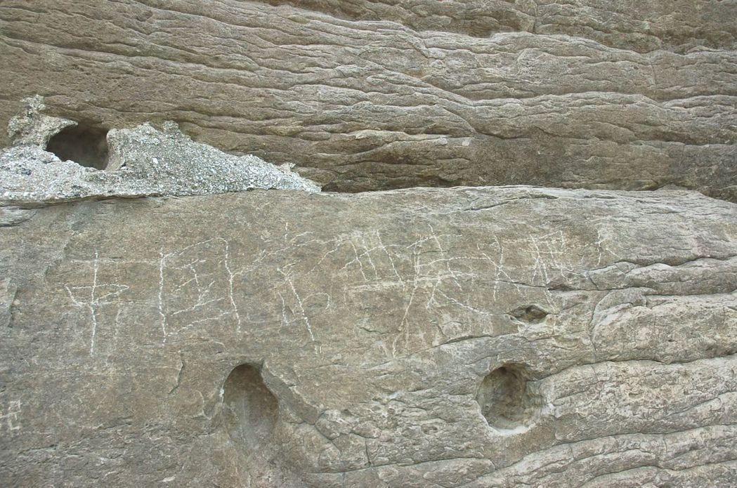野柳地質公園的岩壁,2009年被陸客刻字「中國常州趙根大」,兩岸網友都火了。...