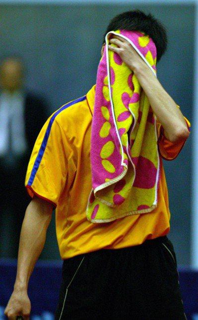 趙玉柱遮臉的「紅點名牌毛巾」,網路上一度熱賣。 圖/聯合報系資料照片