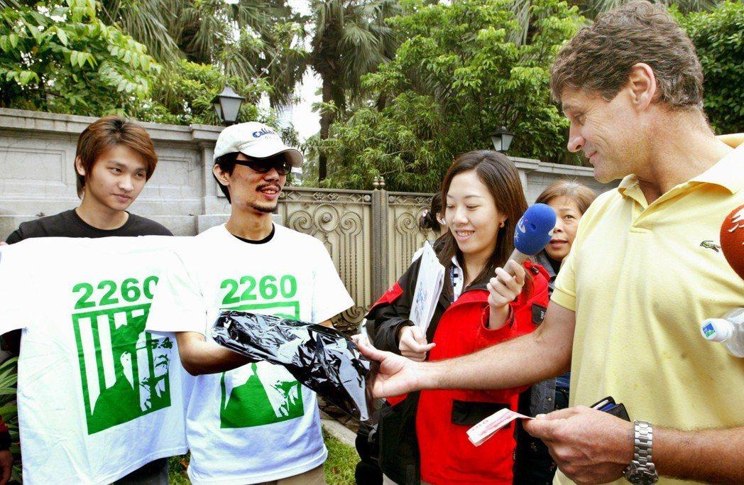 當年凱道嗆扁,外國人對2260 T恤也有興趣。 圖/聯合報系資料照片