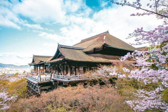 清水寺擁有絕佳的自然景觀,春櫻、夏瀑、秋楓、冬雪,四季美景不同,是10大開運景點...
