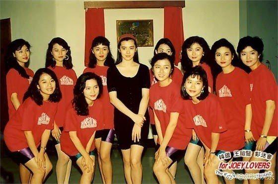 王祖賢與當年港姐候選人合照。 圖/擷自新浪娛樂微博