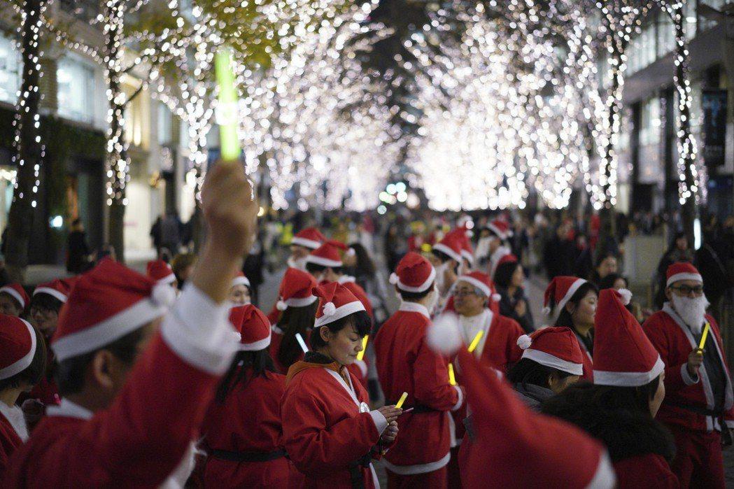每年聖誕節前後,長約1.2公里的丸之內仲通,會以LED燈裝飾超過200棵行道樹。圖為2017年聖誕節活動。 圖/美聯社