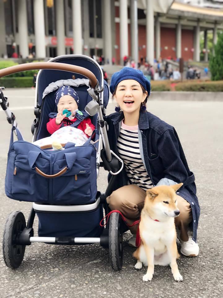 Ella帶著兒子勁寶、愛犬布丁出遊。 圖/擷自Ella臉書