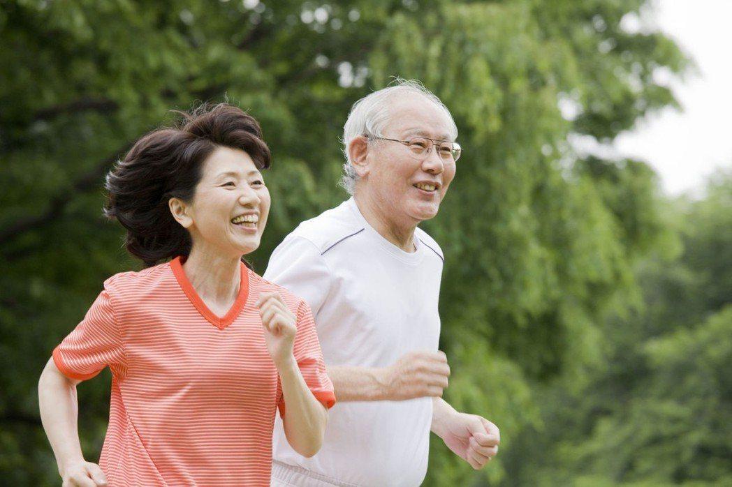橘色世代積極抗老,運動、練肌肉留住青春。圖片來源/123RF