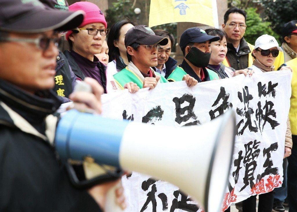 圖為美麗華企業工會前往勞動部前陳情抗議,強調「場務不是免洗筷,桿弟不是承攬工」。...