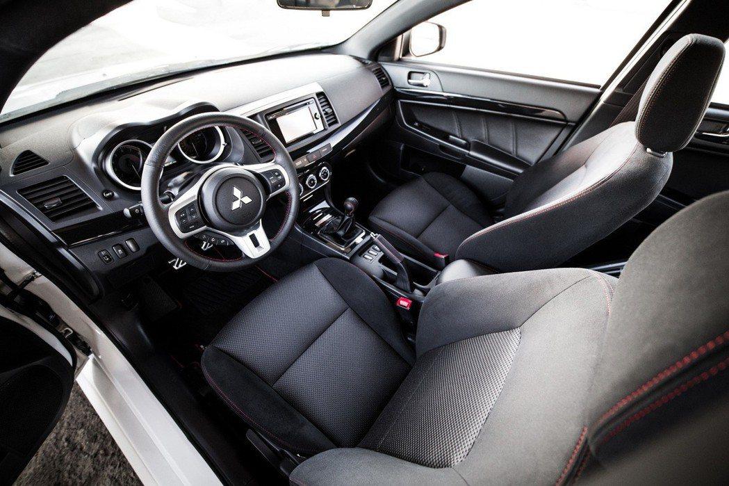 搭配手排變速箱以及 S-AWC(Super All-Wheel Control)全時四驅系統。 摘自Mitsubishi