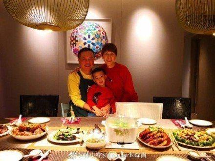 陳小春妻子應采兒最近也在微博上曬出Jasper與外公外婆一起吃飯的幸福合照。圖/...