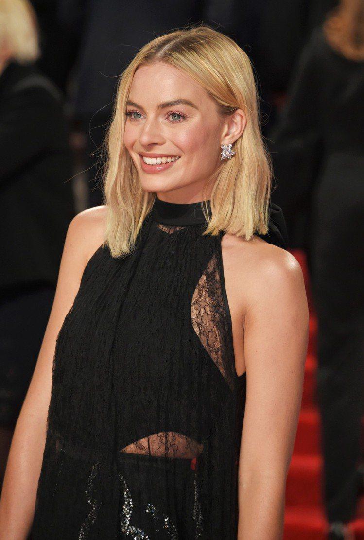 瑪格羅比穿著紀梵希禮服搭配海瑞溫斯頓鑽石珠寶出席BAFTA紅毯。圖/海瑞溫斯頓提...