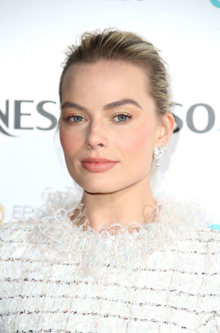 瑪格羅比穿香奈兒高級訂製服搭配羽毛鑽石耳環出席BAFTA入圍者晚宴。圖/香奈兒提...