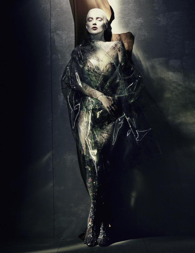凱特摩絲演繹Raf Simons設計1995春夏高級訂製服。圖/Dior提供