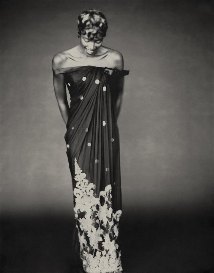 娜歐蜜坎貝爾詮釋Gianfranco Ferre設計的1996秋冬高級訂製系列S...
