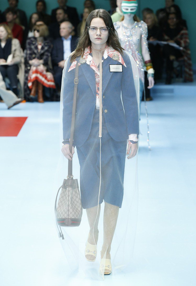 略顯正式的套裝外罩了一層薄紗。圖/Gucci提供