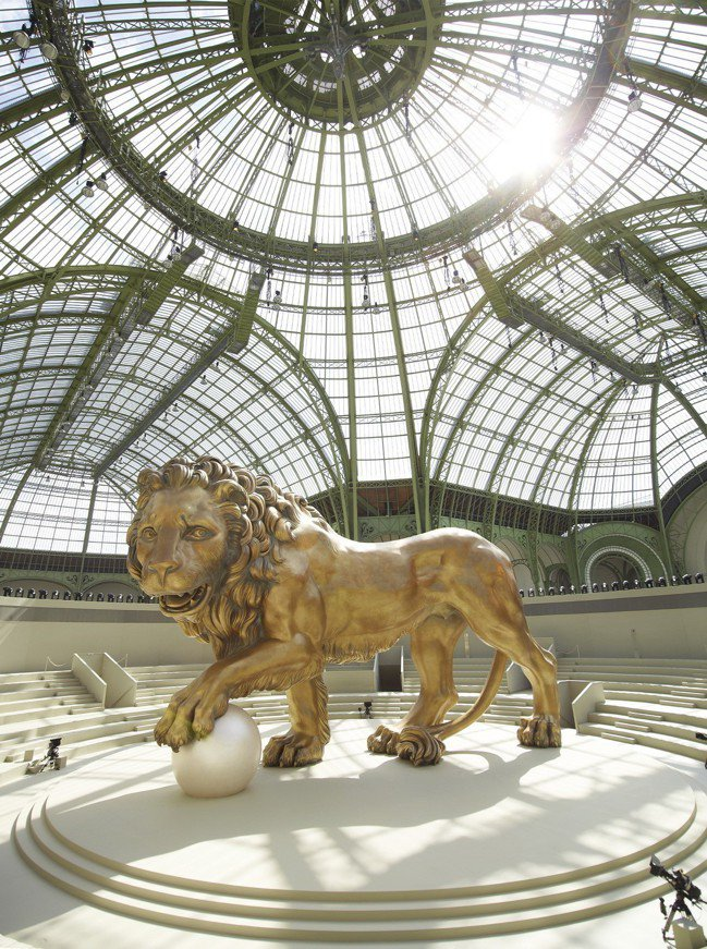 巴黎大皇宮的正廳曾經裝置著香奈兒外套與香奈兒女士鍾情的獅子雕像。圖/香奈兒提供