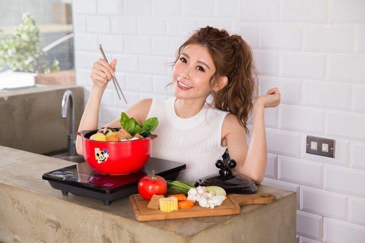 康是美米奇造型時尚小陶鍋採用鍋蓋立體米奇設計,適合2~3人使用。圖/康是美提供
