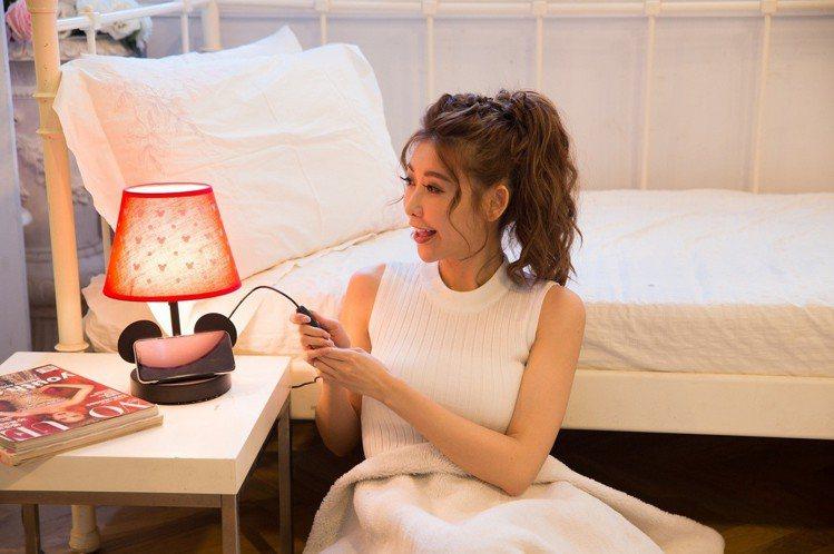 康是美米奇造型陪你入睡小夜燈具備10段式溫暖黃光,並附有貼心手機架。圖/康是美提...