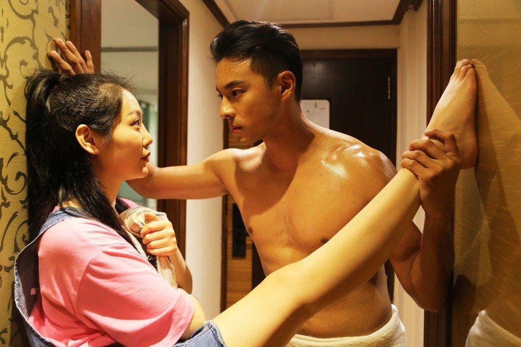 孫其君(右)為網路劇「刷我滴卡」半裸出鏡。圖/希望娛樂提供