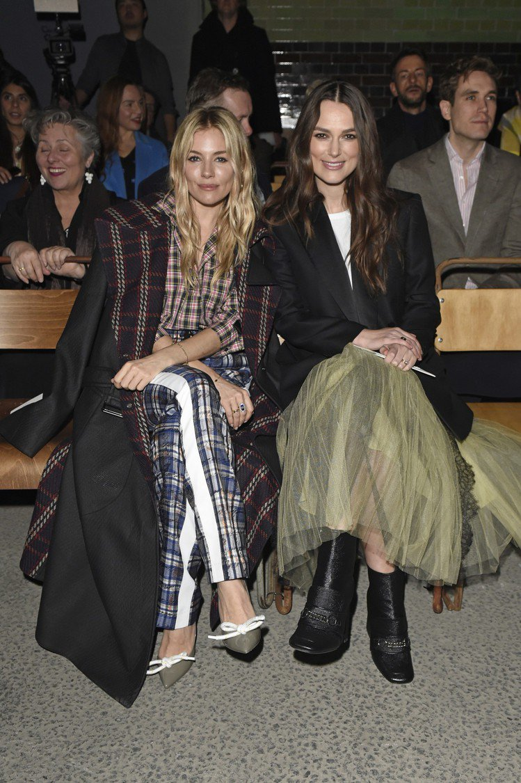 席安娜米勒和綺拉奈特莉是看秀嘉賓中的美麗風景。圖/BURBERRY提供