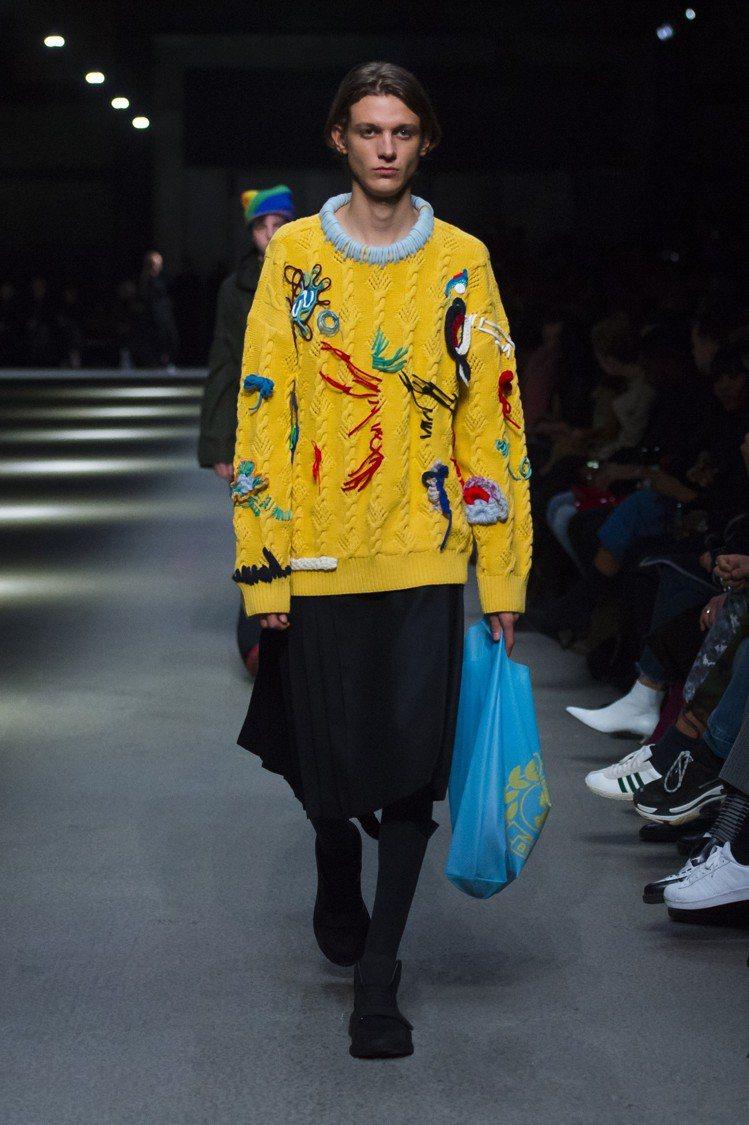 刺繡與塗鴉的針織衫,仍是品牌經典表現。圖/BURBERRY提供